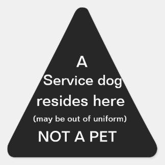 El perro del servicio reside aquí negro del pegatina triangular