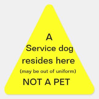 El perro del servicio reside aquí pegatina