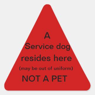 El perro del servicio reside aquí rojo del pegatina triangular