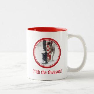 El perro divertido del navidad lame a poste taza de dos tonos