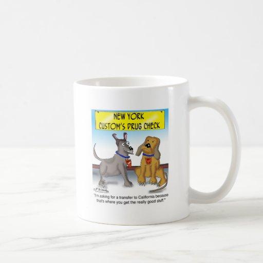 El perro el oler de la droga quiere el buen materi taza básica blanca