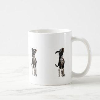 El perro es confuso taza de café