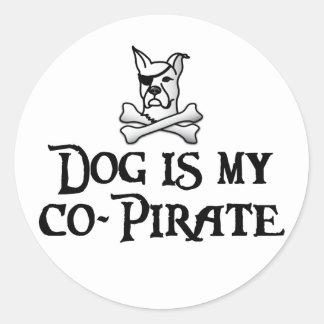 El perro es mi Co-Pirata Pegatina Redonda