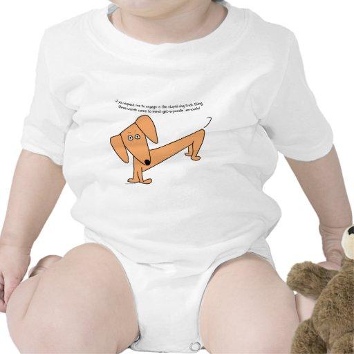 ¡El perro estúpido del Dachshund engaña… para los  Traje De Bebé
