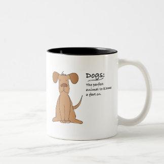 El perro Fart Taza Dos Tonos