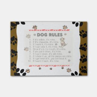 El perro gobierna (elija su capa de visability) el post-it® nota