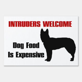 El perro guardián amonestador tiene hambre