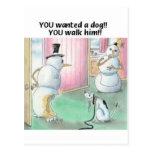 El perro hace pis en el muñeco de nieve postal