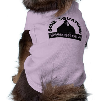 El perro ido de Squatchin cree Squatch en estas ma Camisas De Mascota