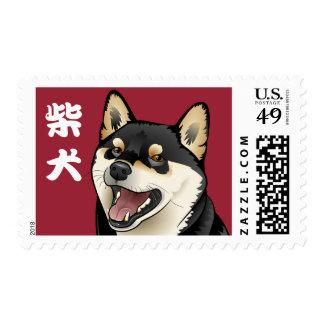 El perro japonés negro y del moreno feliz de Shiba Sello