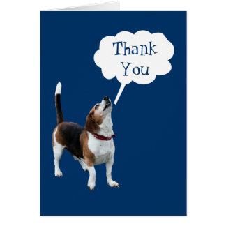 El perro lindo del beagle del grito le agradece ca tarjeta pequeña