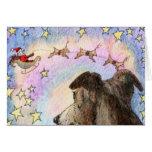 El perro mira Santa y el reno en TARJETA del cielo