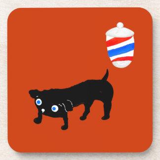 El perro negro del peluquero posavasos de bebida
