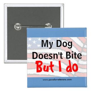 El perro no muerde el botón pin cuadrado