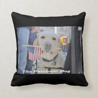 El perro patriótico almohadas