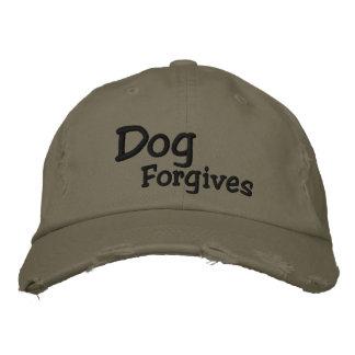El perro perdona el gorra de béisbol
