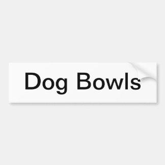 El perro rueda muestra etiqueta de parachoque