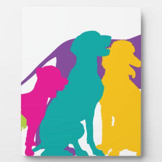 El perro siluetea color placas con fotos