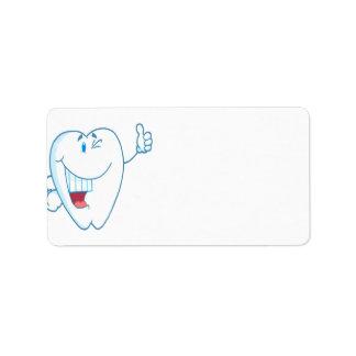 El personaje de dibujos animados limpio sonriente etiquetas de dirección