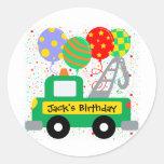 El personalizado embroma cumpleaños del camión etiqueta redonda