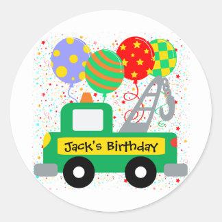 El personalizado embroma cumpleaños del camión pegatina redonda