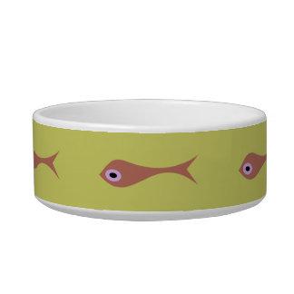El pescado con púrpura observa el cuenco del gato comedero para mascota