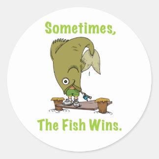 El pescado gana a veces al pegatina