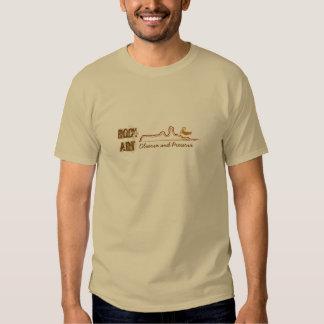 El petroglifo observa y preserva la camiseta del poleras
