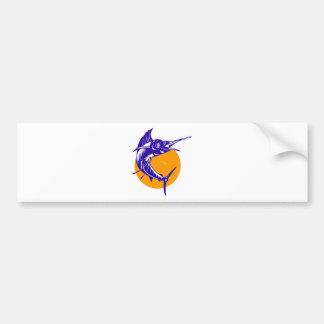 el pez volador que salta con el sol aislado en bla etiqueta de parachoque