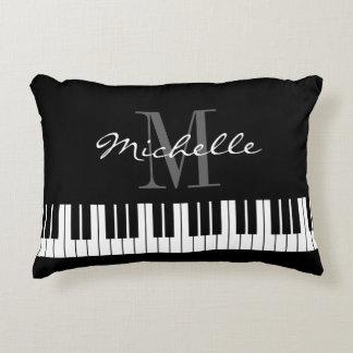 El piano blanco y negro cierra la almohada del cojín decorativo
