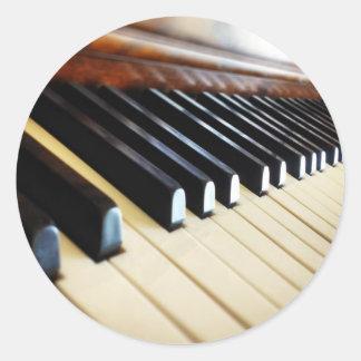 El piano cierra al pegatina redondo de los regalos