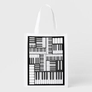 El piano cierra el bolso de ultramarinos blanco y bolsas para la compra