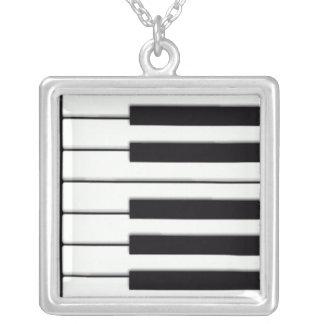 El piano cierra el collar