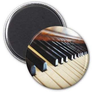 El piano cierra el imán redondo del refrigerador d