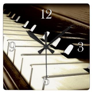 El piano cierra el reloj de la pared del amante de