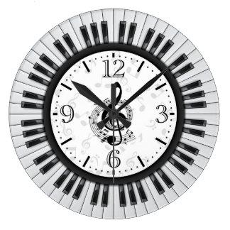El piano cierra el reloj de pared de las notas