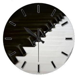 El piano cierra el reloj de pared del amante de la