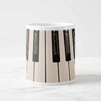 el piano cierra el teclado eléctrico de la taza grande