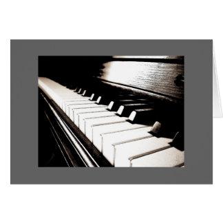 El piano cierra la tarjeta de nota gris de la fron