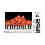 El piano cierra las flores y las notas de la sello