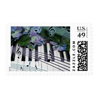 El piano cierra las flores y las notas de la sellos