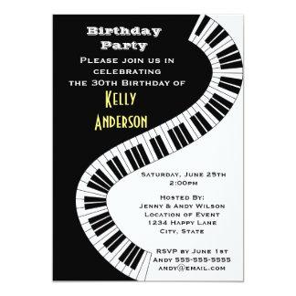 """El piano curvado ondulado cierra cumpleaños invitación 5"""" x 7"""""""