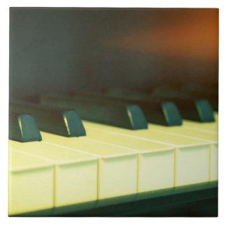 El piano de cola elegante del estilo del vintage teja