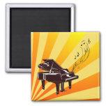 El piano de cola observa amarillo y el imán del or