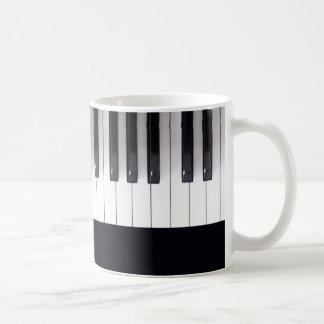 El piano hermoso cierra la taza