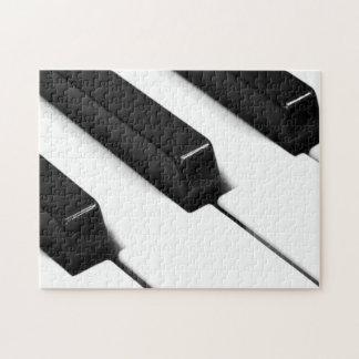 El piano negro y blanco cierra rompecabezas