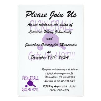 """el pickleball me consigue púrpura caliente invitación 5"""" x 7"""""""