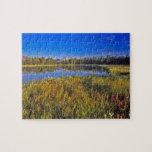 El pico del índice refleja en el lago mud en puzzle