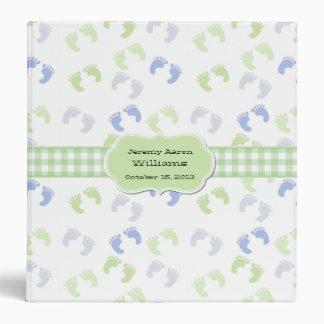 El pie azul y verde del bebé imprime el álbum de e