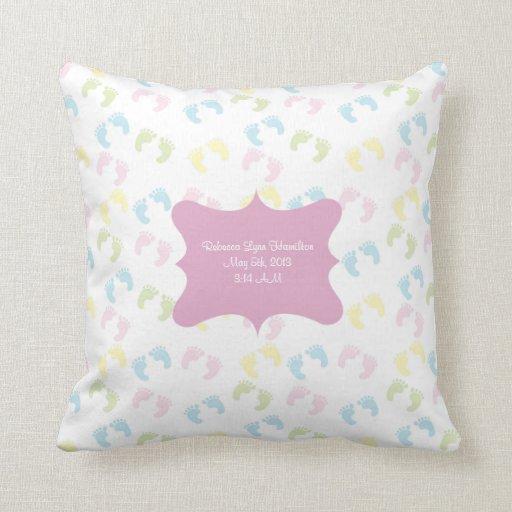 El pie en colores pastel del bebé imprime la almoh almohada